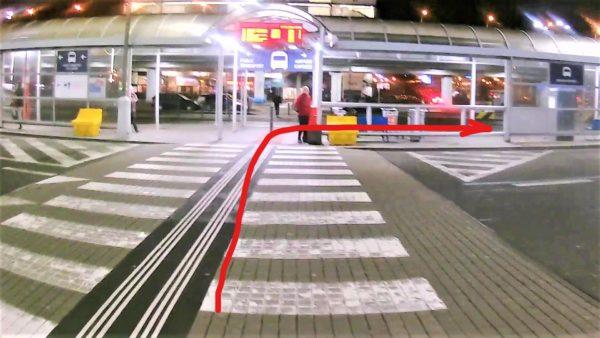 横断歩道を渡って右へ曲がるとエアポート・エクスプレスのバス停