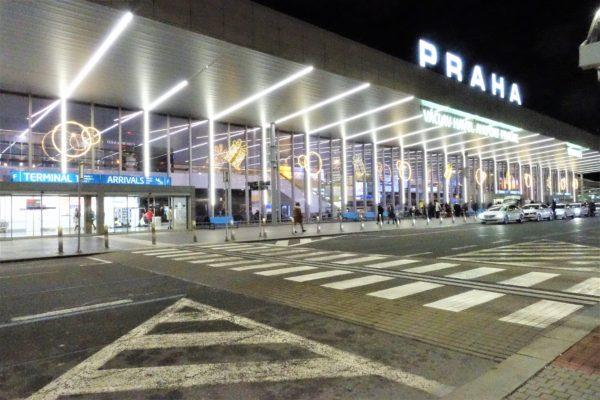 プラハ国際空港ターミナル1の出口と横断歩道