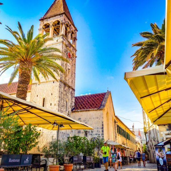 トロギール島の中世の美しい街並み