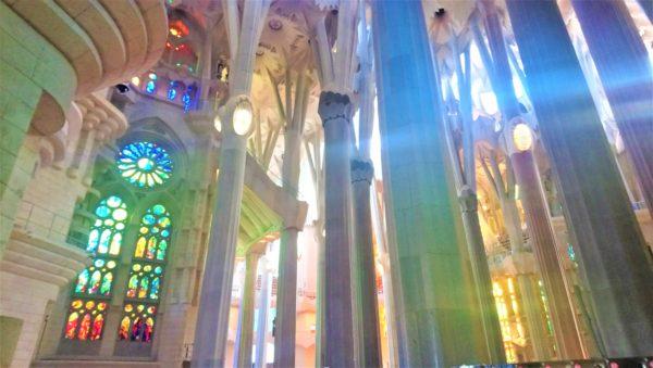サグラダファミリアのステンドグラスから入り込む色とりどりの光