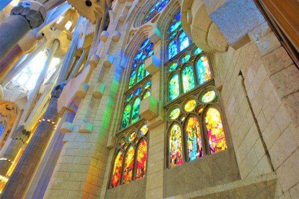 サグラダファミリア教会内の美しいステンドグラス