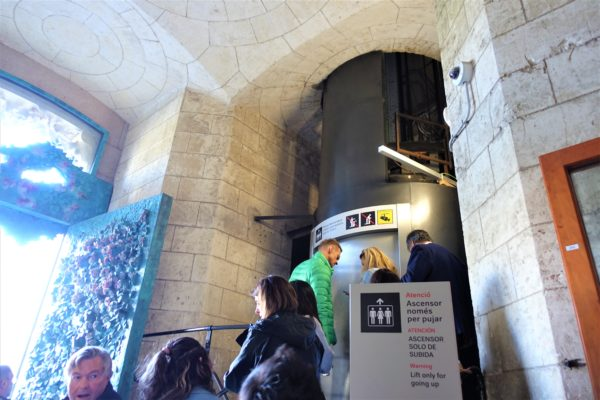サグラダファミリア教会の生誕のファサードのエレベーター