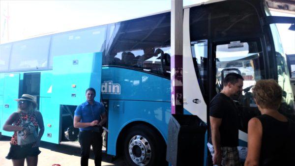 スピリット高速バスターミナルに到着したトロギール島行きのバス