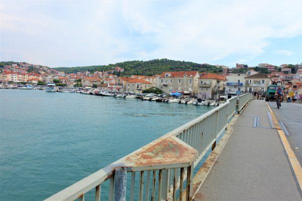 チヴォ橋(Civoski most)を渡り、チオヴォ島(otok Ciovoski)のフェリー乗り場へ