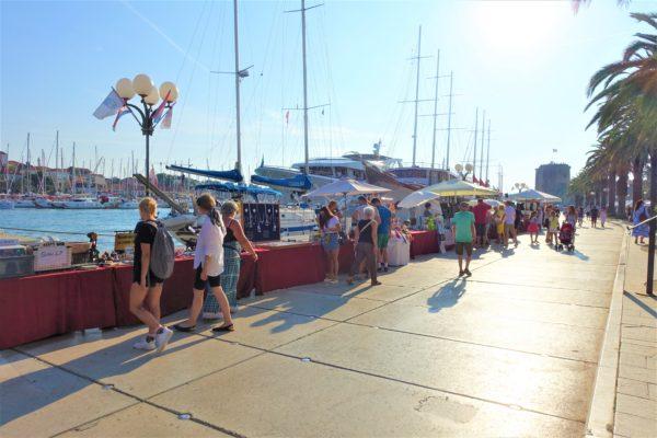 アドリア海沿いはお土産屋さんや骨董品屋さんが並ぶ