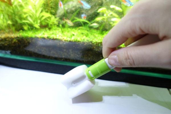 小さくしたメラミン苔落としにメラミンスポンジを固定する