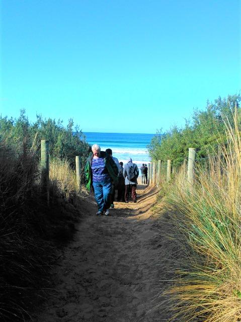 メモリアルアーチから海へ続く小道を抜ける