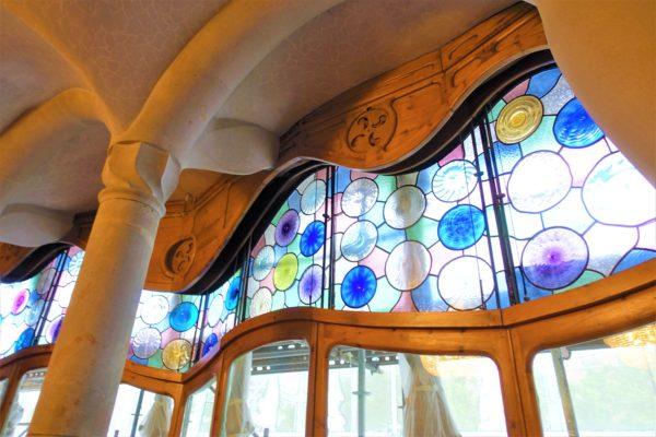 カサ・バトリョの中央サロンの水玉のステンドグラス