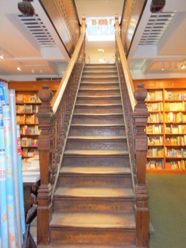 世界の美しい本屋さんDAUNT BOOKS(ドーント・ブックス)マリルボーン店の階段