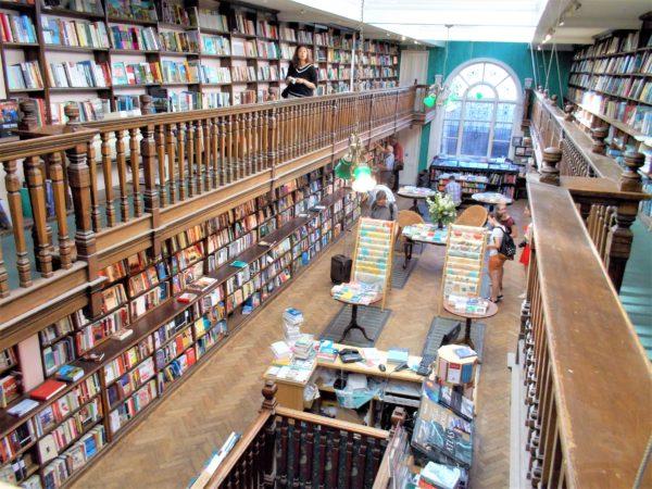 世界の美しい本屋さんDAUNT BOOKS(ドーント・ブックス)マリルボーン店の店内