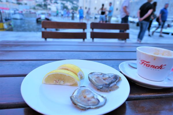 ドブロブニクのレストランKONOBAで生牡蠣を食べる
