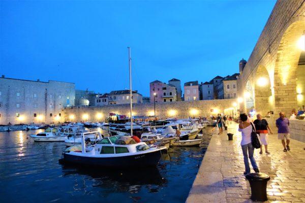 夜のドブロブニク旧市街を散歩する
