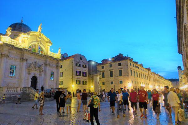 夜のドブロブニクのプランツァ通り