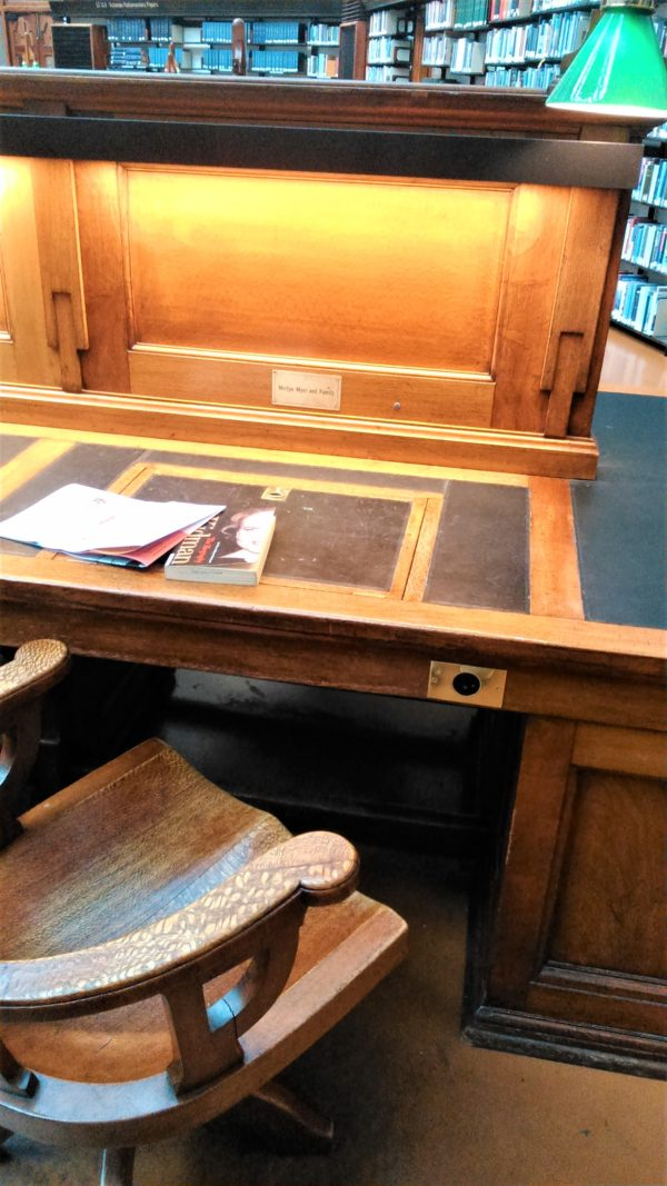オーストラリアのメルボルンのビクトリア州立図書館の机