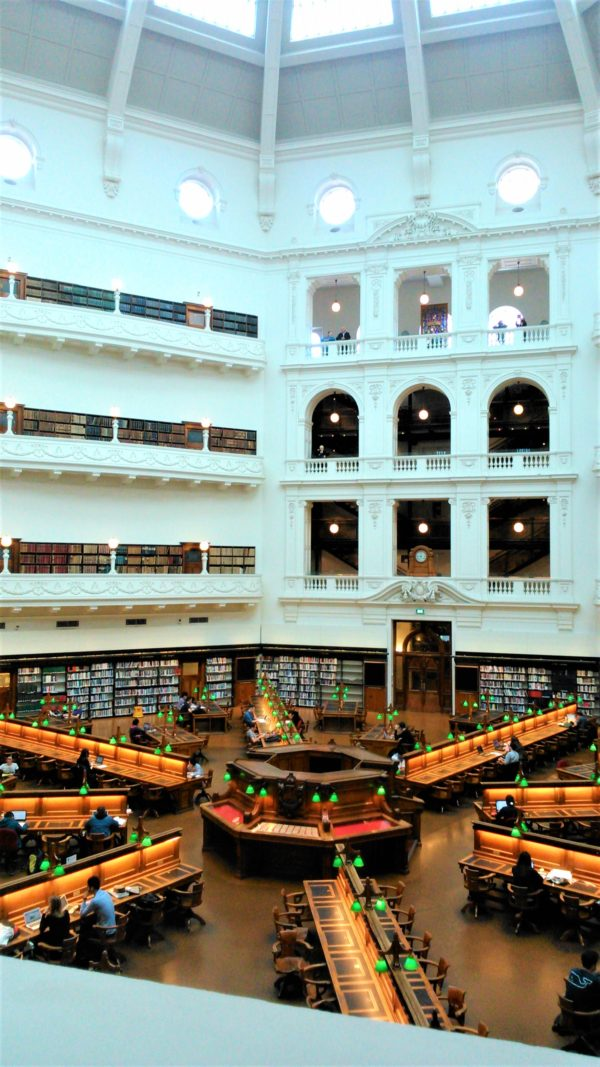 オーストラリアのメルボルンのビクトリア州立図書館の館内