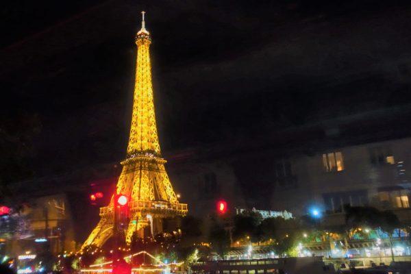 美しくライトアップされたエッフェル塔