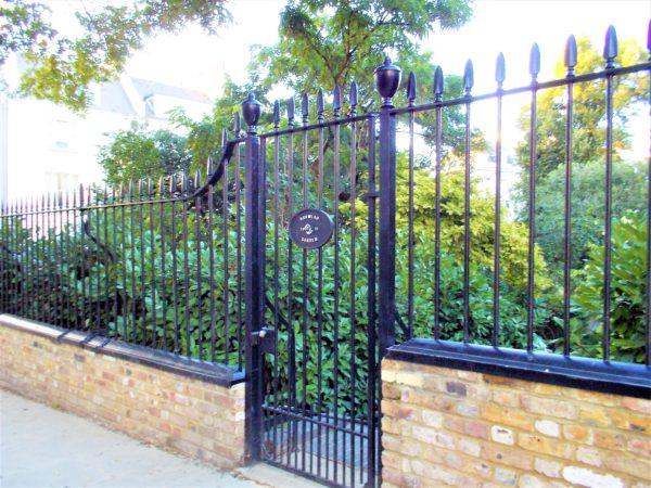 映画ノッティングヒルの恋人でアナとウィリアムが柵を乗り越えて入った公園