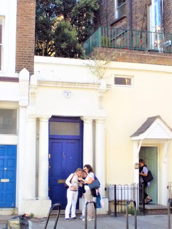 映画ノッティングヒルの恋人でウィリアムが住んでいた「青いドアの家」