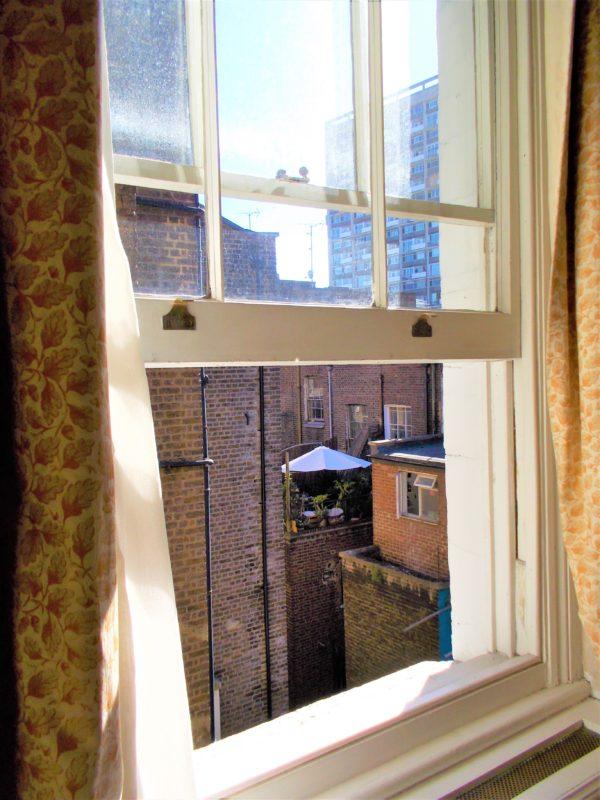 アビーコートホテル(Abbey Court Hotel)の窓からみるロンドンの街並み