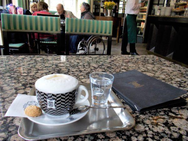 プラハのカフェGRAND CAFE ORIENTのカプチーノ