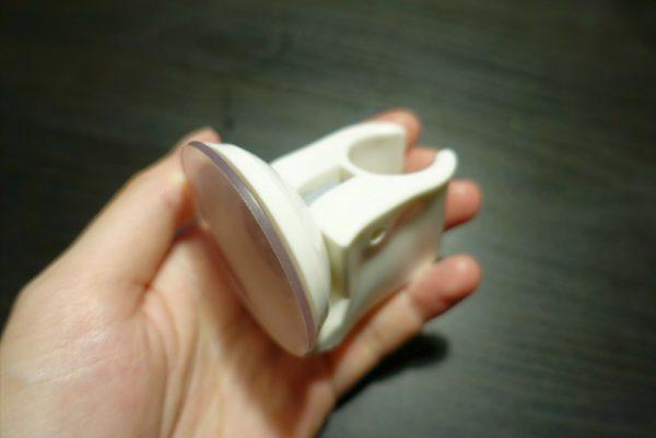 ダイソーの吸盤シャワーホルダーはレバー式だから強力にくっつく