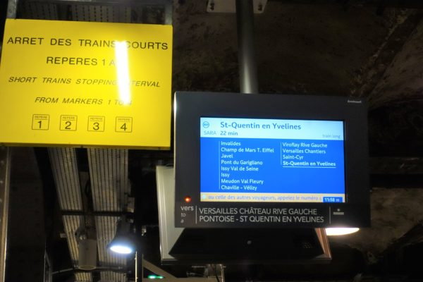 RERのサン・ミッシェル・ノートルダム駅(Saint-Michel - Notre-Dame)のホームの電光掲示板