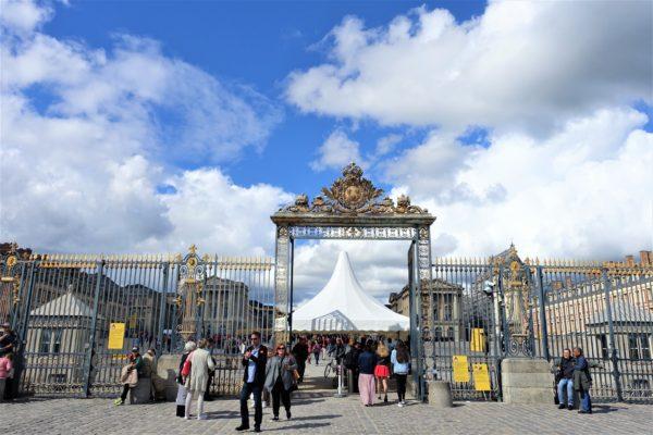 ベルサイユ宮殿の外門でセキュリティーチェックを受ける