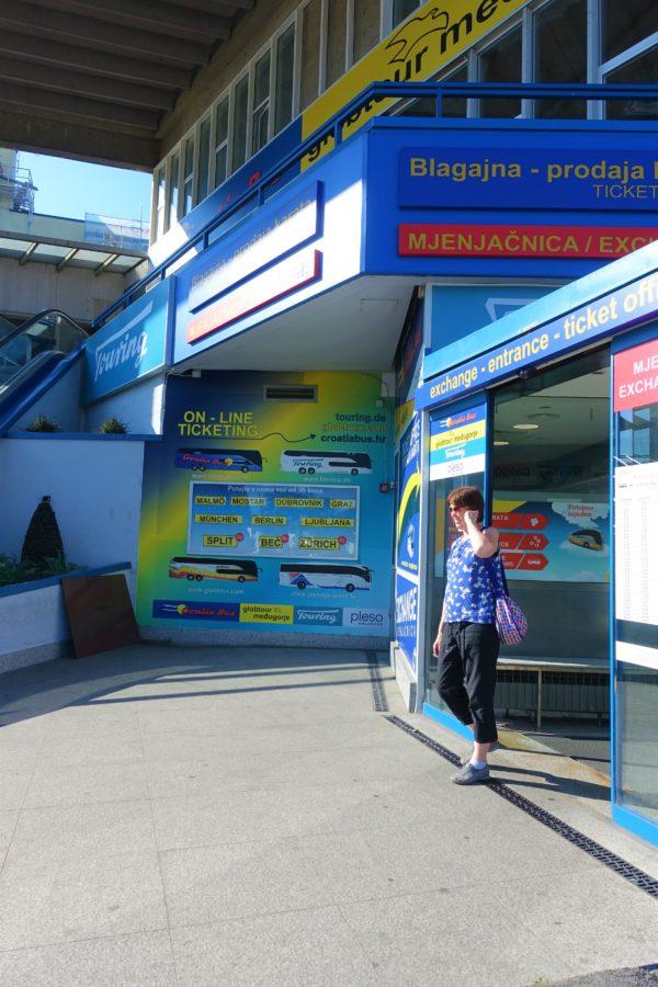 ザグレブ空港シャトルバス乗り場の入口