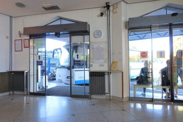ザグレブバスターミナルの空港バスターミナルの待合室の目の前にバスが停車