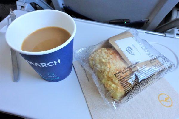 ルフトハンザ航空の短時間フライトでもドリンクとケーキがつく