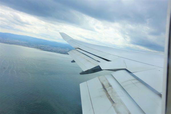 ルフトハンザ航空の航空機の窓からの眺め
