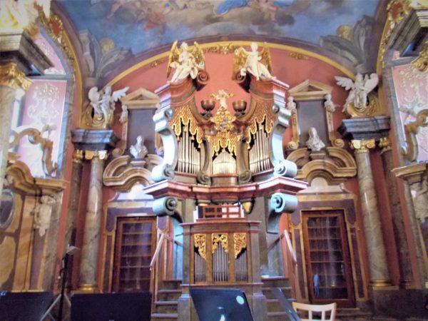 プラハのクレメンティヌムの鏡の礼拝堂の教会コンサート