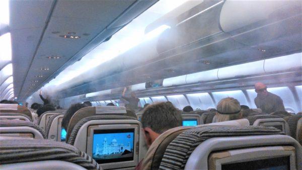 エティハド航空機内に降り注ぐミスト