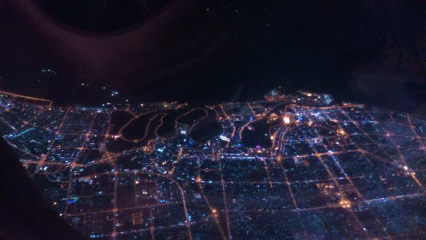 ライトアップされたアブダビの街並みを見下ろす