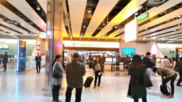 ロンドンのヒースロー空港の出発ゲート