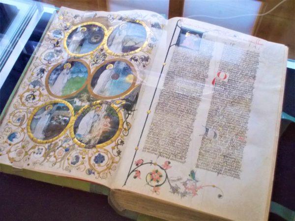 ストラホフ修道院にあった美しい本