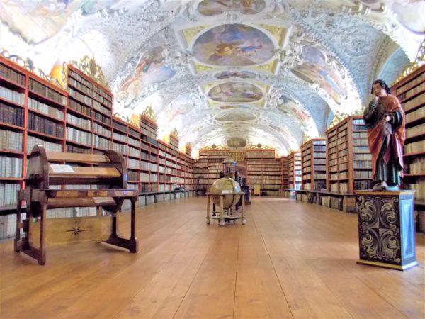 ストラホフ修道院の神学の間の図書館