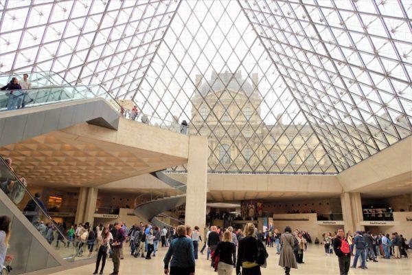 ルーブル美術館のピラミッドの中