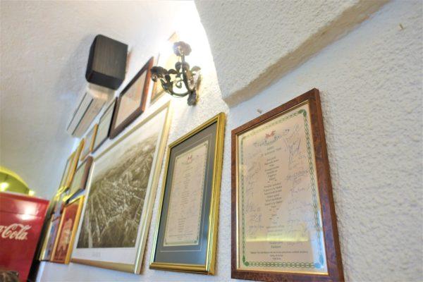 スターリ・フィヤケル900(Stari Fijaker)の壁にサインが飾られていた