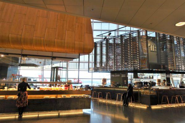 チューリッヒ空港のおしゃれな空港内にあるカフェ