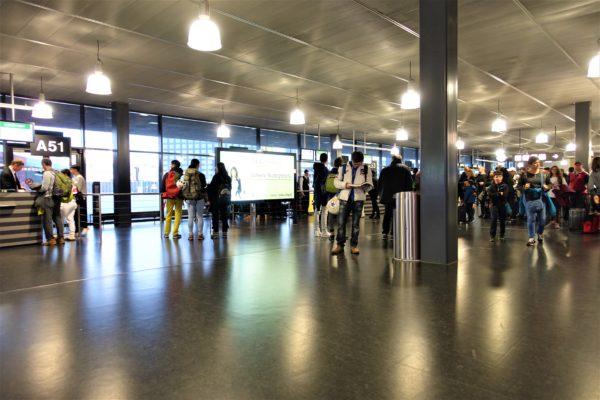 チューリッヒ空港の搭乗口前にイスが少ない