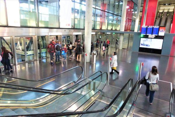 チューリッヒ空港でトランジットのためモノレールにのって保安検査場へ