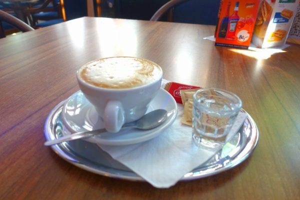 カフェとカプチーノ