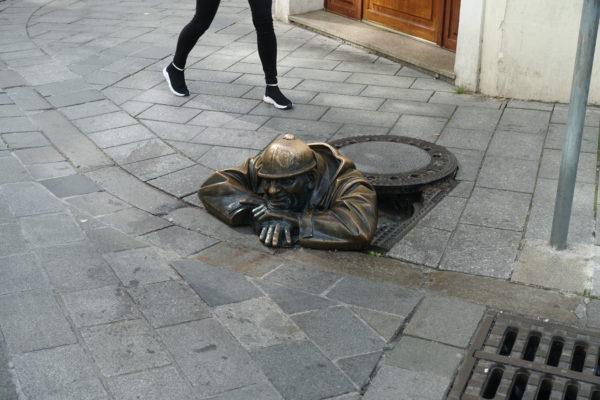 チュミル像(man at work)