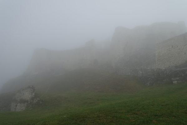 朝霧で見えないスピシュ城