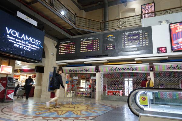 Barcelona Nord(バルセロナ北)バスターミナルの電光掲示板
