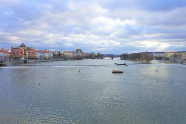 カレル橋の中腹で見るモルダウ川