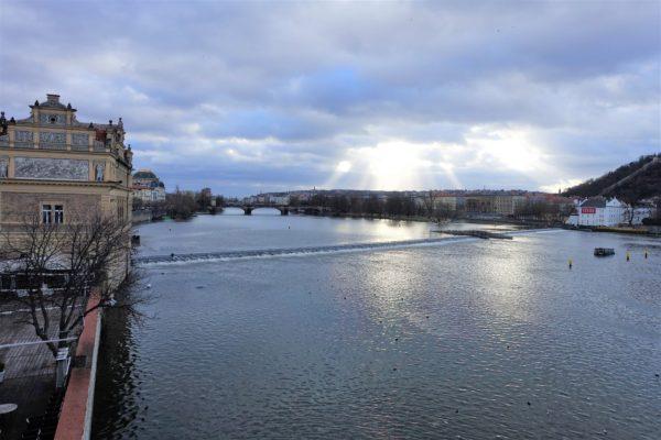 カレル橋からモルダウ川を眺める