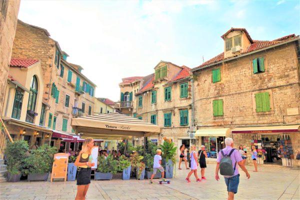クロアチアのスプリットの旧市街の果物広場