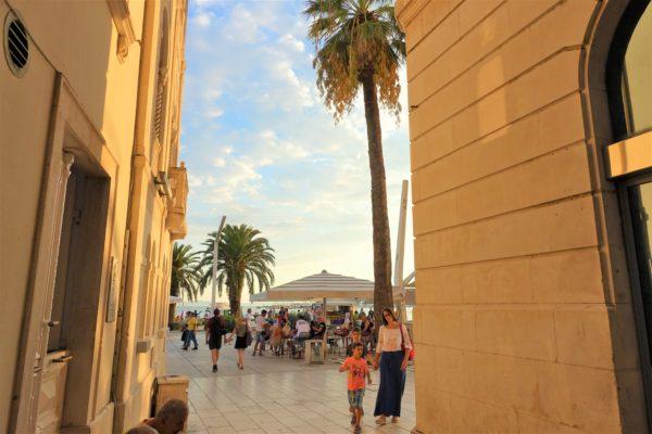 クロアチアのスプリットの旧市街から海岸へ